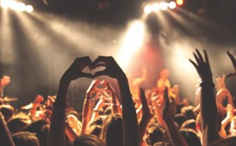hearthands_crowd
